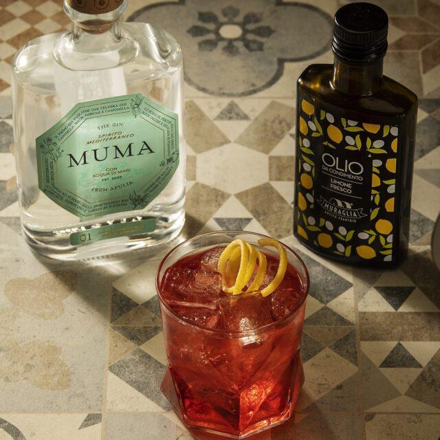 Lo hai già provato il Muma Negroni?  Ingredienti: 2,5 cl Muma Gin 3 cl Vermouth Rosso 3 cl Bitter  Heritage:  Un negroni classico che viene preparato utilizzando solo mezza bottiglietta di prodotto, cavalcando il trend del poco alcolico. Scorza d'arancia e grattata di stecca di cannella esaltano il gusto del gin.  Cerca le nostre ricette sul nostro sito web.  #Mumagin #ginlovers🍸 #gin #gingin #puglia #spiritomediterraneo #mumamoments