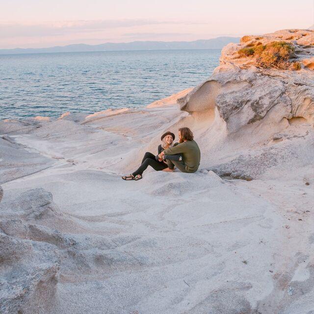 Come la prima volta che sei tornata a casa all'alba perché hai passato la notte in spiaggia: c'erano le stelle, poderose, una chitarra poco accordata e un'amica molto intonata.  #mumagin #comequelbaciosalato #baciosalato #mumamoments #gin #gintonic #bar #cocktail #instagood #aperitivo #cocktailbar #ginlovers #happyhour #italia #pugliagram #weareinpuglia #igerspuglia