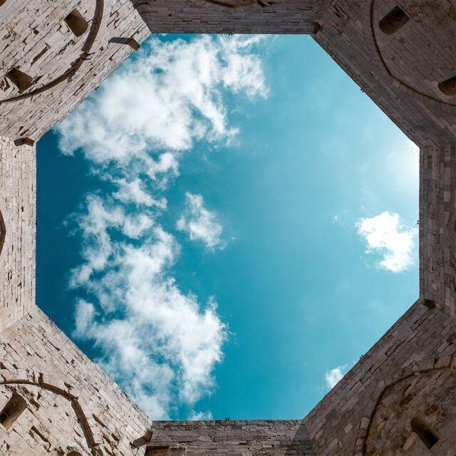 Nuvole vaporose, leggere, evanescenti. No, non sono quelle che ha dipinto il Mantegna, è solo il cielo che guarda dall'alto le terre pugliesi.   #mumagin #comequelbaciosalato #baciosalato #mumamoments #gin #gintonic #bar #cocktail #instagood #aperitivo #cocktailbar #ginlovers #happyhour #italia #pugliagram #weareinpuglia #igerspuglia